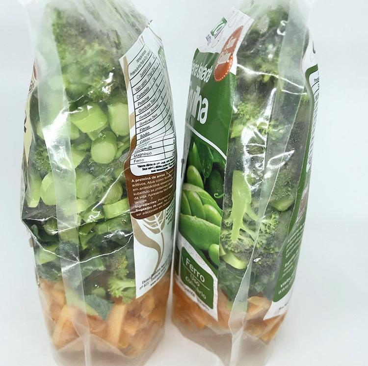 Legumes orgânicos picados em sacola reutilizada