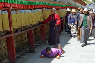 12. Pilgrims at the Potala Kora, Lhasa.j
