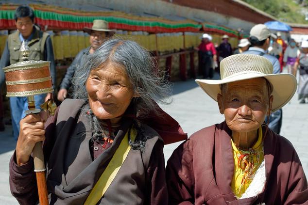 11. Pilgrims at the Potala Kora, Lhasa.j