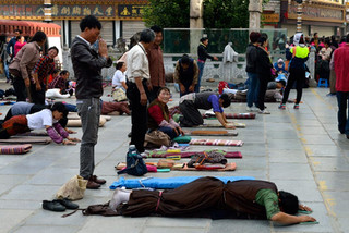 05. Prostrating at Bakhor Square, Lhasa.j