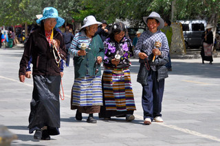 15. Pilgrims at the Potala Kora, Lhasa.j
