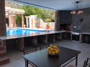 pool-kitchen-bar-full-day.webp