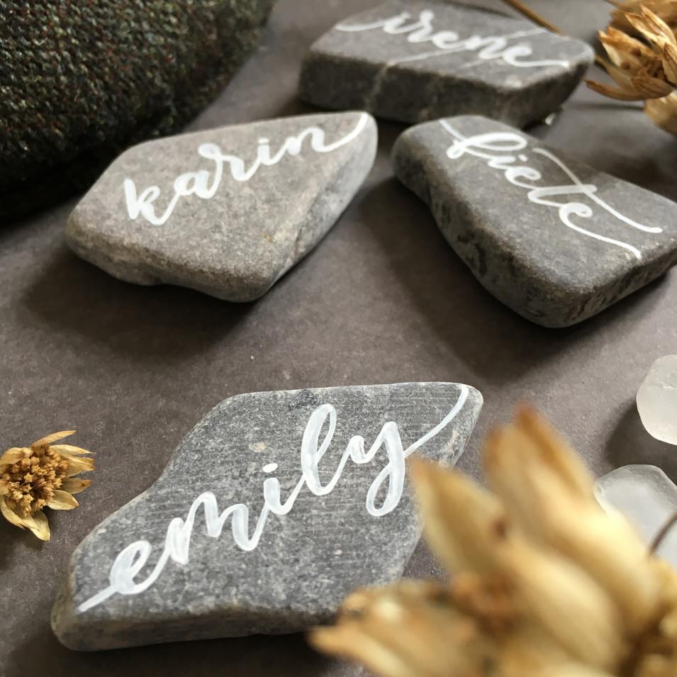 Namensschild auf Stein