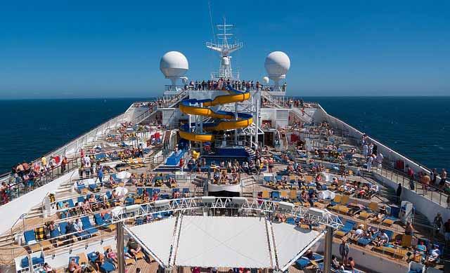 La diversión a bordo de un crucero nunca termina: sol, piscina, spa, teatro etc.