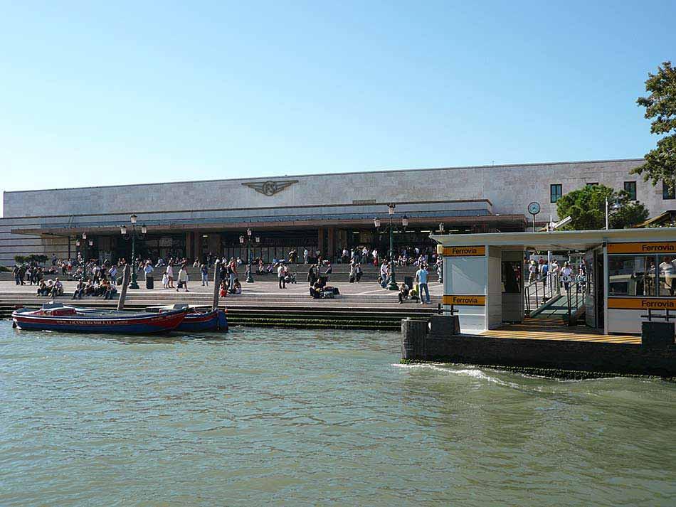 """Estación de trenes Venecia Santa Lucia. La parada del """"vaporetto"""" está justo enfrente."""