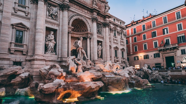 Tiene 20 metros de ancho y 26 metros de alto, la Fontana de Trevi es la fuente más grande de Roma