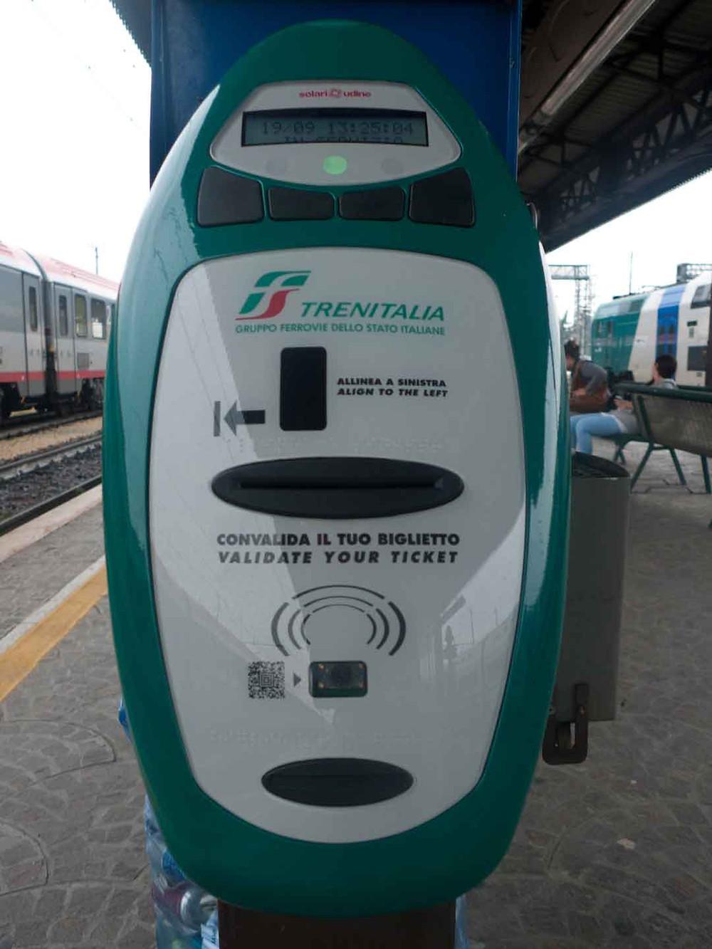 Maquina para validar los boletos de los trenes regionales e intercity. Viaja a Italia