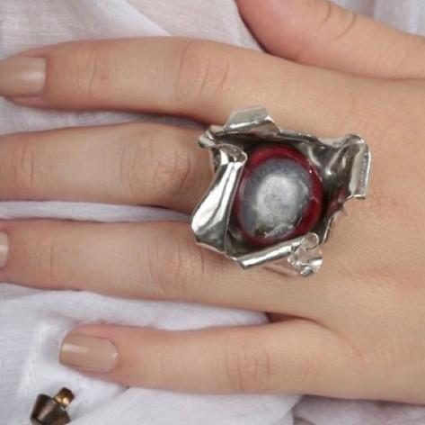 Anel Vermelho e Negro e Prata em Ondas - R$ 680