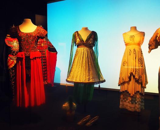 """""""Modes ! À la ville, à la scène"""" au Centre National du Costume de Scène : une exposition i"""