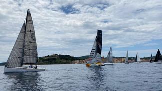 Au large de Saint-Tropez, les marins ont pris enfin le départ de la première course de la saison