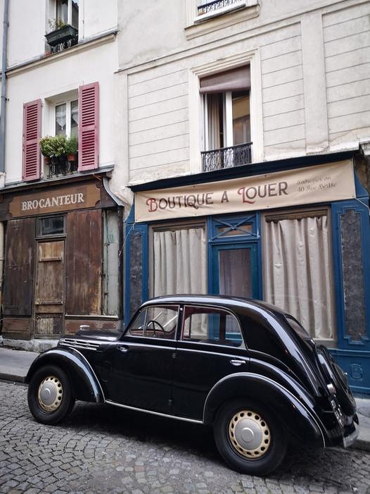 """[Photos] Montmartre accueille les décors du tournage pour le long-métrage d'époque """"Adieu M"""