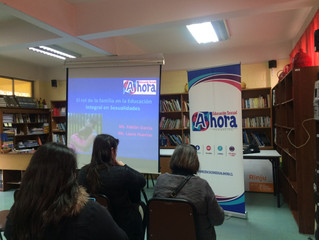 Charla con Apoderados/as hablando sobre la importancia de su rol en la Educación Integral en Sexuali