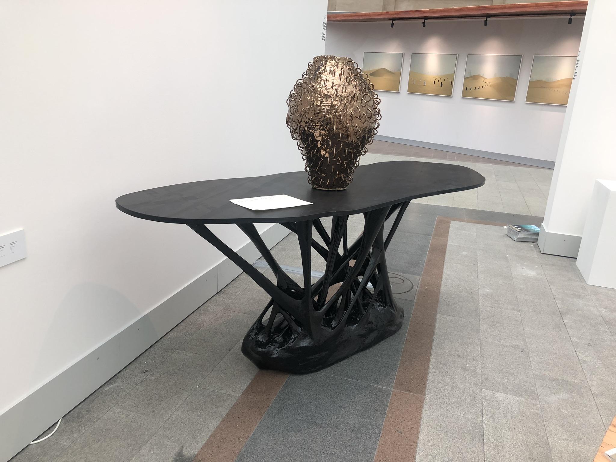 Стол из полимерной смолы