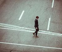 L'uomo che attraversano via