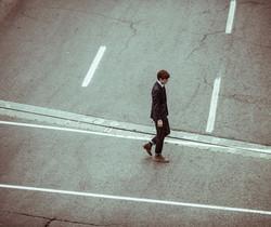 Man überquert die Straße