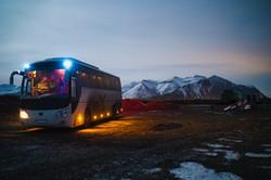 Buss i solnedgang