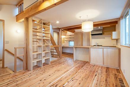 木造住宅 新築 戸建て住宅 無垢フローリング 猫と暮らす ロフト 屋上 階段