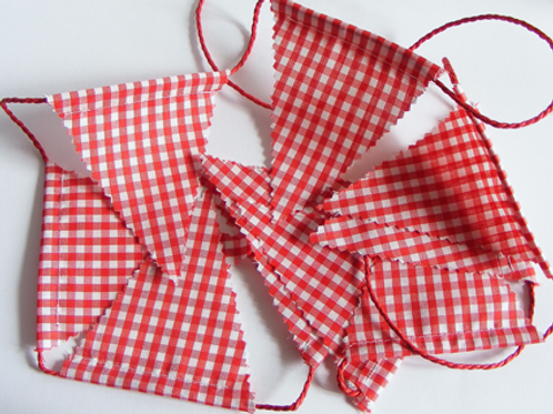 Guirnalda de banderines de tela. Fiesta caperucita roja