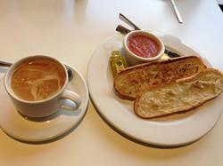 Desayuno-Café-y-tostadas-con-toma-Dehesa