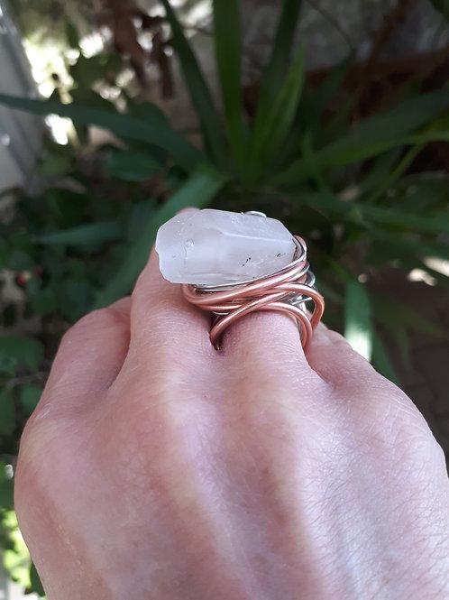 Anello fil di rame color rosa e pietra ghiacciolo