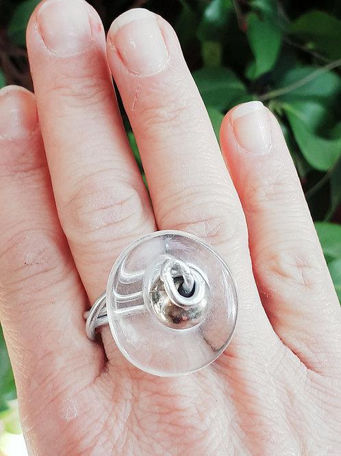 Anello bottone di resina e fil di ferro