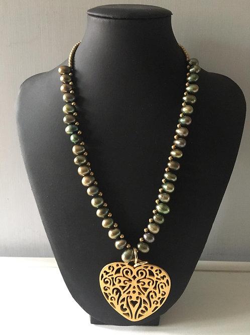 Girocollo perle coltivate color verde oliva con cuore di zama oro