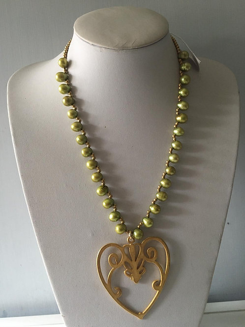 Girocollodi perle color verde chiaro con cuore in zama oro