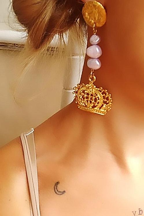 Orecchini con piastra lavorata di zama oro,perle naturali lavanda,corona di zama