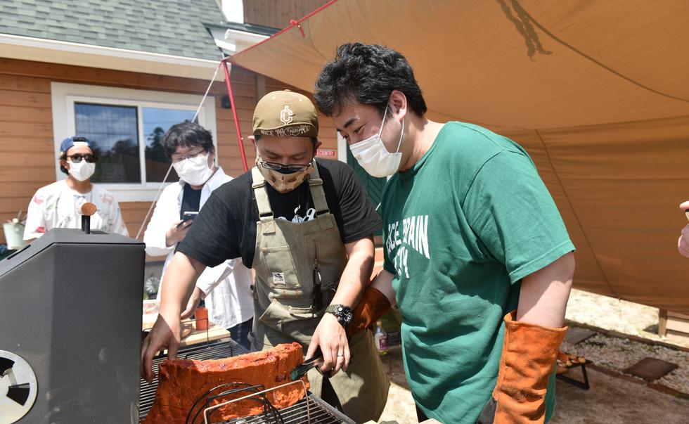 先ほど準備したスペアリブ、サーモン、ソーセージをコンロに入れてじっくり焼きます。