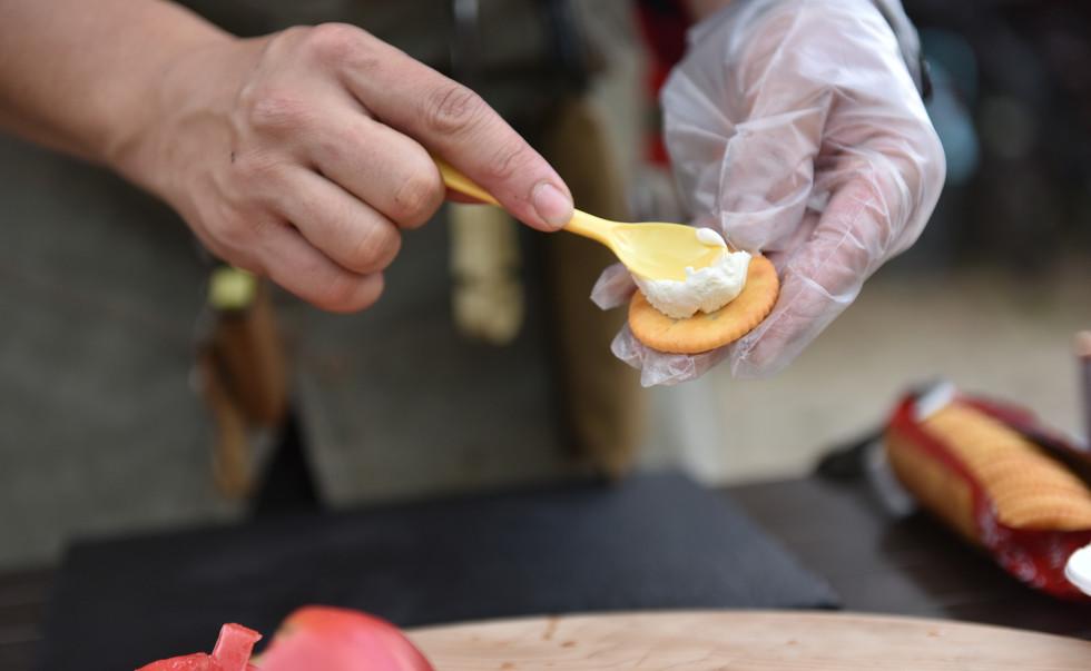 クラッカーにクリームチーズを塗ります