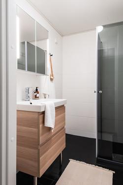 Kylpyhuone musta lattia