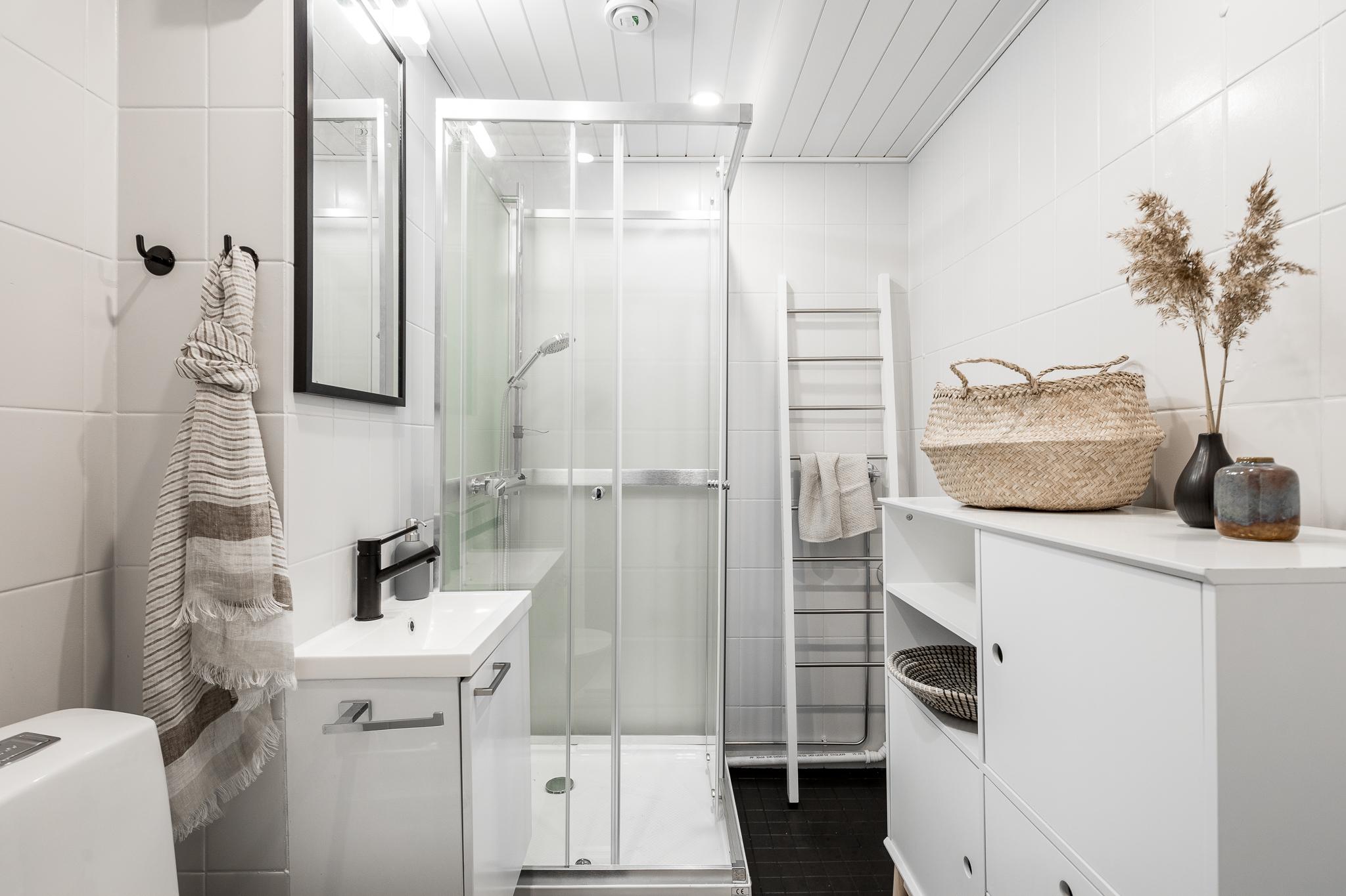 Remontoitu pieni kylpyhuone