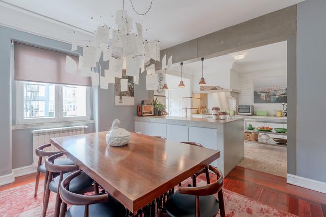 Sala de jantar que comunica com cozinha