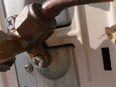 エアコン点検・修理行って来ました…配管折れからガス漏れ~!