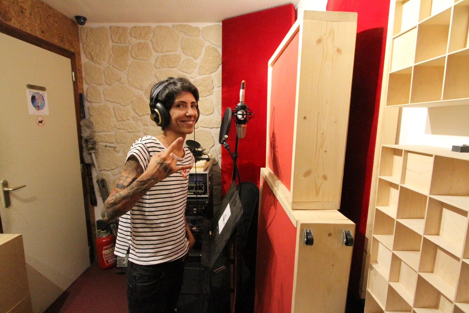 Gabriela chante au studio du lac