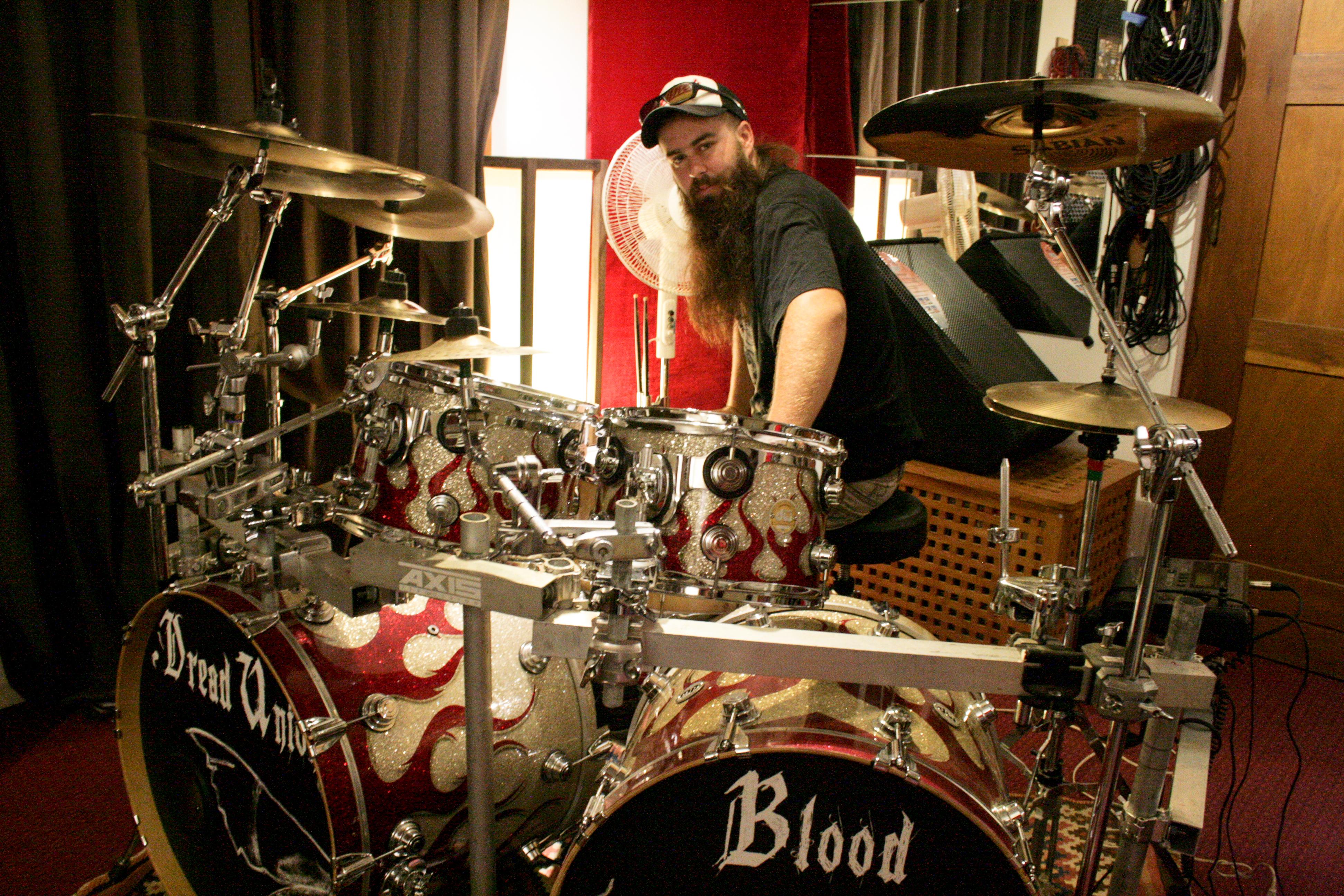 devinez qui vient taquiner des drums