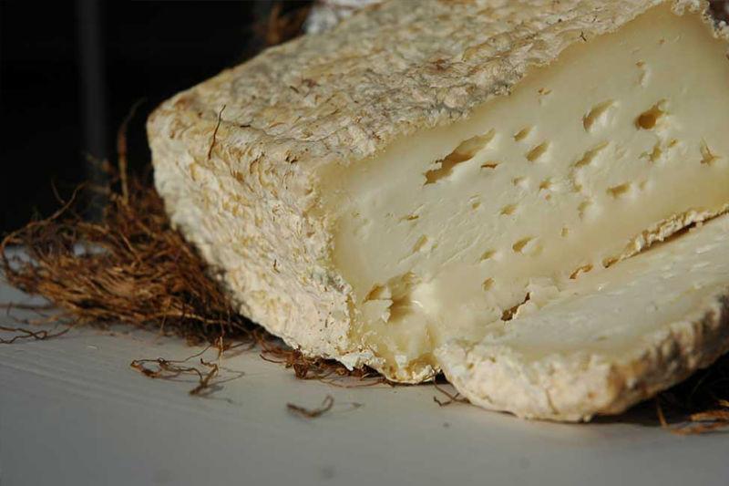 caciofiore:  formaggio con una crosta grinzosa che racchiude al suo interno racchiude una pasta morbida e cremosa