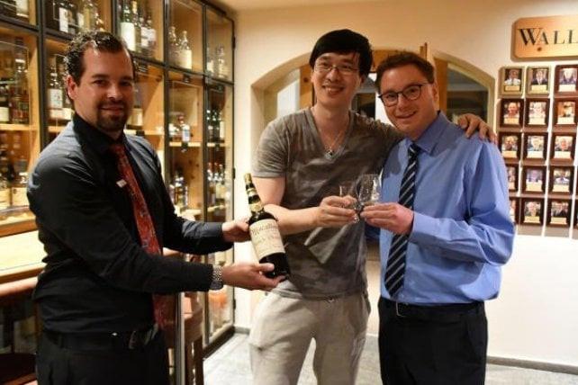 Sandro Bernasconi stappò la bottiglia e brindò insieme a Zhang per la modica cifra di 10 mila dollari al bicchiere