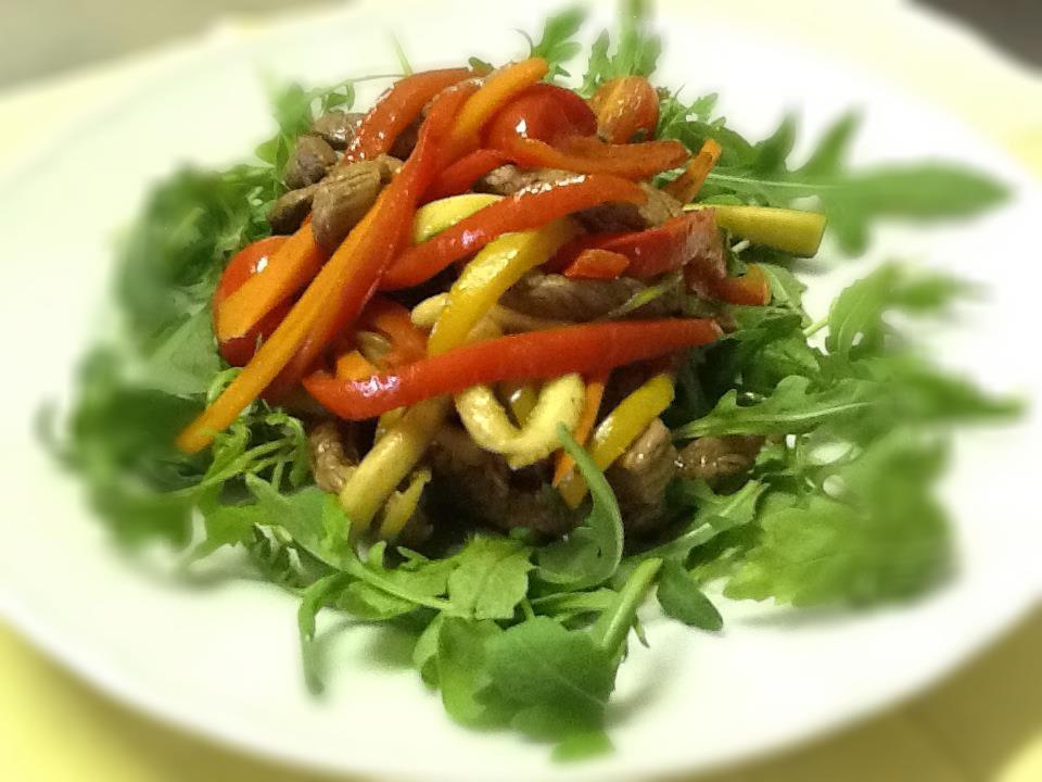 Manzo e verdure saltati con aceto balsamico e presentati su di un letto di rucola
