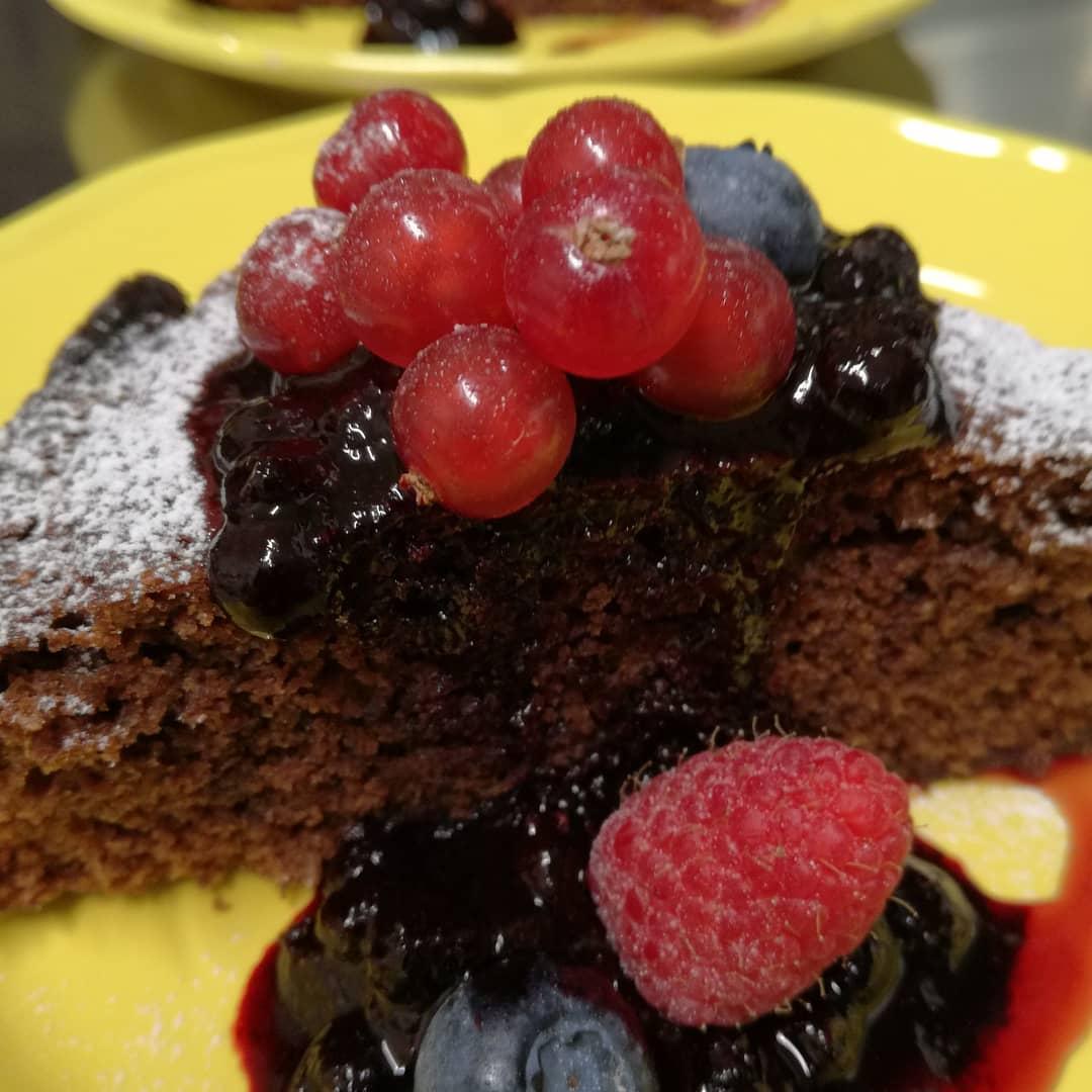 torta cioccolato e frutti di bosco selva