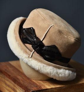 chapeau à boucle mouton et boucle en cuir