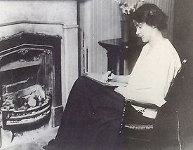 Susan Glaspell in her home in Davenport, 1913