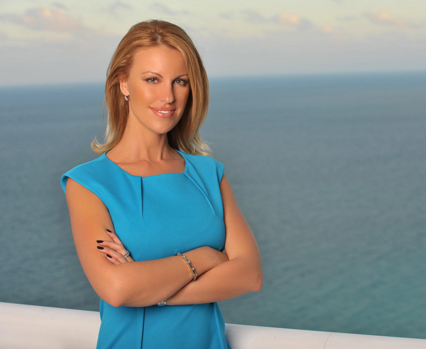 realtor-headshot-woman-with-ocean-background-luxhunters+2.jpg