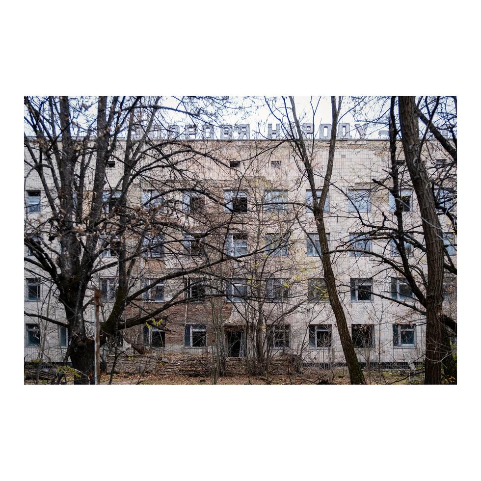 L'hôpital de Pripyat. Comme de nombreux immeubles de la ville, il se cache derrière les arbres qui ont poussé ces trente-deux dernières années. Fantomatique.
