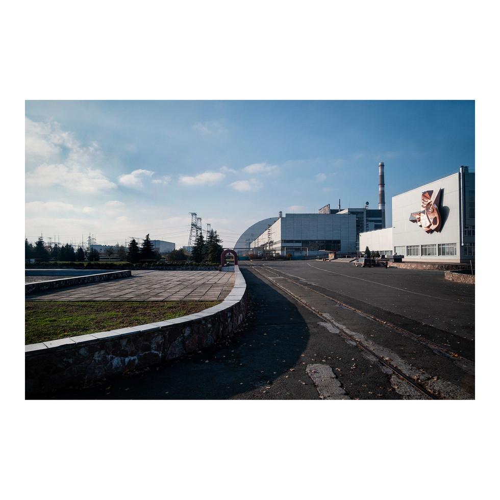 Quand arrive au loin l'imposante silhouette du nouveau sarcophage recouvrant le réacteur nº4…