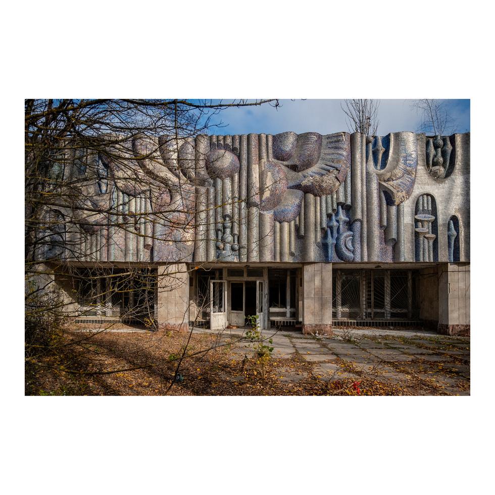 Située à 3km de la centrale nucléaire, Pripyat avait été conçue comme une ville complète, pour l'homme nouveau de l'Union soviétique. Toutes les installations étaient là: le terrain de foot, la piscine ou encore le conservatoire de musique (ici en photo).