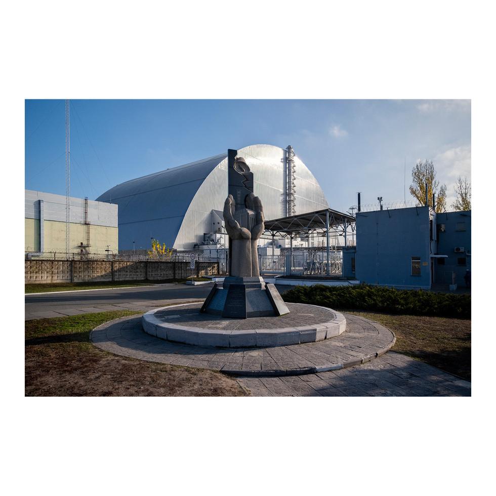 Les rares visiteurs de passage s'arrêtent devant le monument symbolisant le réacteur nº4 de la centrale de Chernobyl, tel qu'il existait dans les années 80, avant l'accident. Le reste du site est classé top secret.