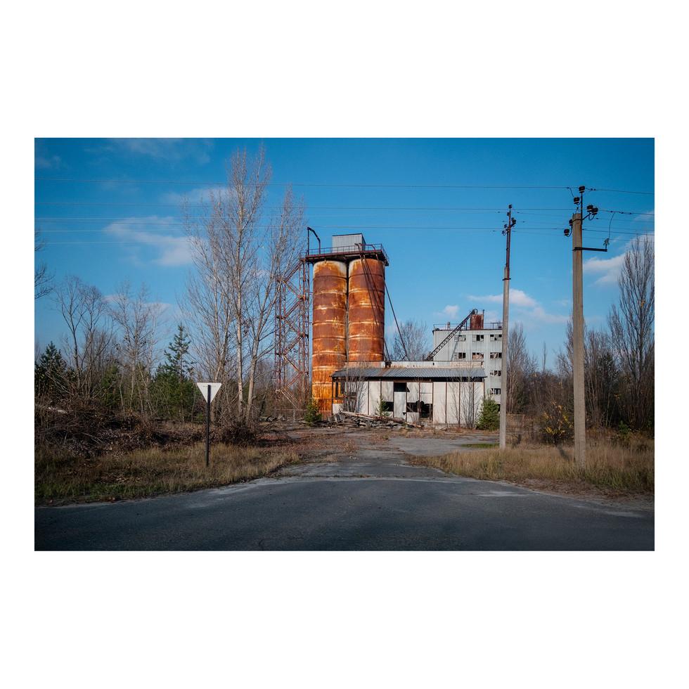 Les structures en métal ont pris le pouvoir dans le paysage, partout dans la région de Chernobyl. Le bois, coupable avoir absorbé les radiations, a la plupart du temps été détruit ou brûlé.