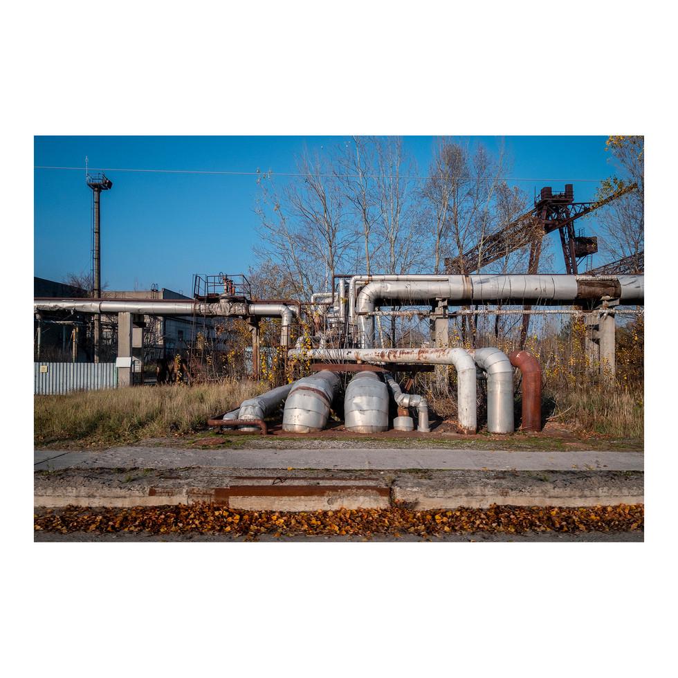 D'énormes tuyaux longent les routes de la zone d'exclusion de Chernobyl.