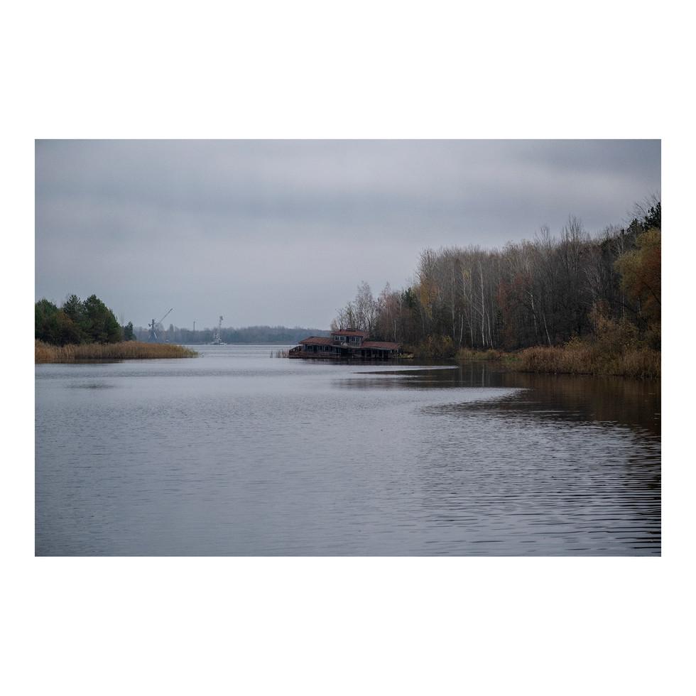 Un restaurant s'affaisse lentement dans l'eau de l'un des lacs dont l'eau servait au refroidissement de la centrale voisine.